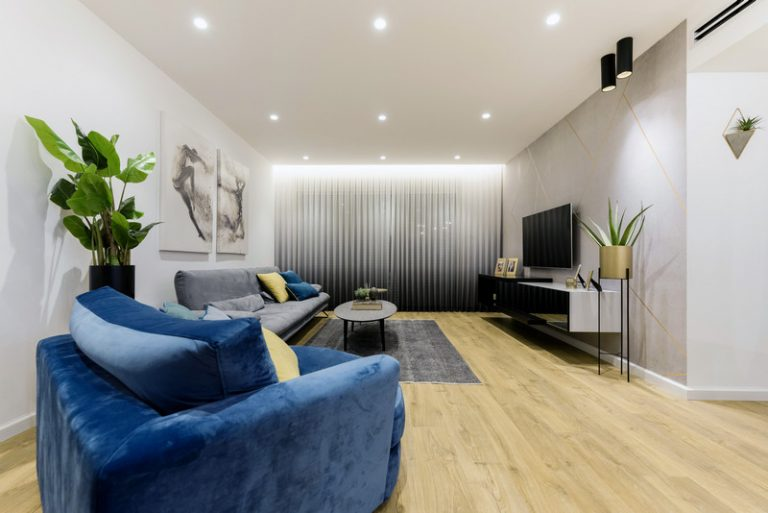 מוארת בשיק: מהפך מדירה חשוכה לדירת בוטיק מודרנית